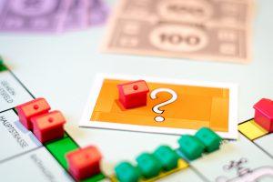dom z gry planszowej oraz karta ze znakiem zapytania