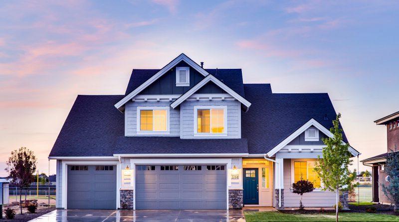 nieruchomość - dom na przedmieściach, nad nim niebo