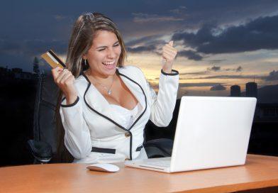 kobieta szczęśliwa po wzięciu kredytu hipotecznego