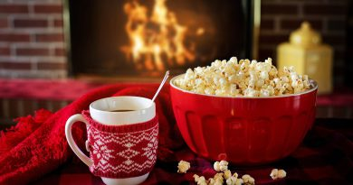 napój i popcorn, w tle kominek