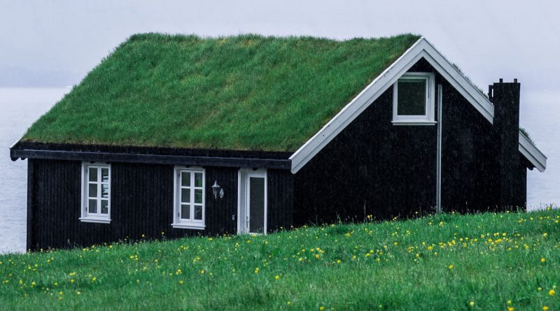 Dom zakupiony za gotówkę z gdańskiego skupu domów. Na dachu ma trawę, dookoła również jest trawa. Prosty, jedno-piętrowy domek z poddaszem
